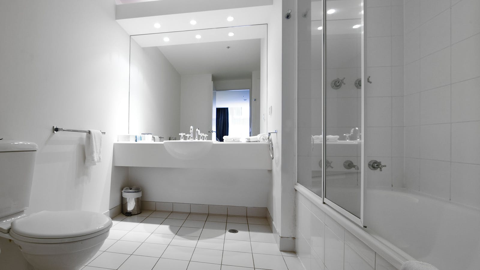 Bathroom of a Studio Stuite and 1 Bedroom apartment