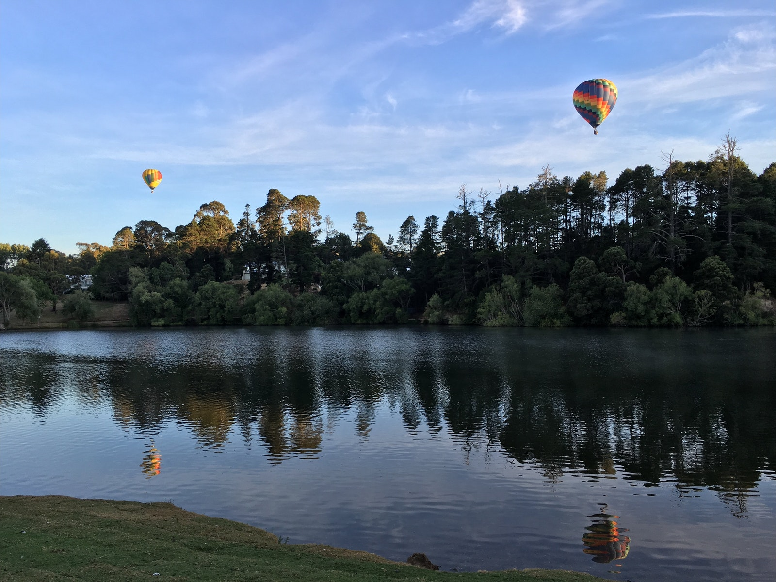 Lake Daylesford with hot air balloons